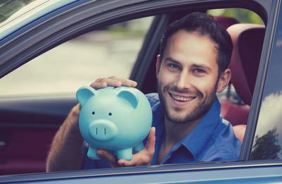 Mit den Spartipps für Autofahrer lassen sich zum Einen die Benzinkosten senken und zum Anderen der Verschleiß am Fahrzeug reduzieren