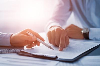 Wer sich gut versichern möchte sollte zunächst verschiedene Versicherungen miteinander vergleichen. Auf diese Weise lassen sich unnötige Kosten vermeiden und es lässt sich Geld sparen.