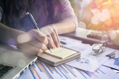 Mit Spartipps für den Alltag lassen sich Sparmöglichkeiten entdecken und einfach umsetzen, um am Ende des Monats mehr Geld übrig zu haben