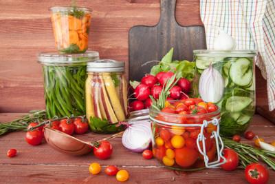 Durch Eigenanbau gewonnenenes Obst und Gemüse lässt sich durch Einkochen, Sterilisieren oder Einfrieren haltbar machen